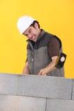 Arbeitskraft, die eine Wand schlägt lizenzfreies stockfoto