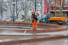 Arbeitskraft, die einen Brunnen mit Hochdruckreiniger in Novopushkinsky-Quadrat in Moskau säubert