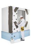 Arbeitskraft, die einen Fensterrahmen verstärkt Stockbilder