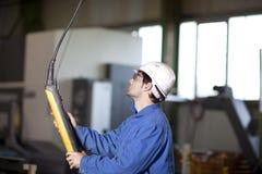 Arbeitskraft, die einen Kran verwendet Lizenzfreie Stockbilder