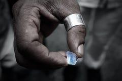 Arbeitskraft, die einen Kristall hält Lizenzfreie Stockfotos