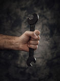Arbeitskraft, die einen Schlüssel hält Stockfotos