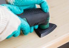 Arbeitskraft, die elektrische Schleifermaschine verwendet lizenzfreie stockfotografie