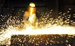 Arbeitskraft, die Fackelscherblock verwendet, um Metall durchzuschneiden Lizenzfreies Stockfoto
