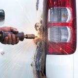 Arbeitskraft, die Fahrzeugkarosserie nach dem Unfall repariert Lizenzfreie Stockfotografie