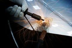 Arbeitskraft, die Fahrzeugkarosserie nach dem Unfall repariert Stockfotos