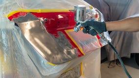 Arbeitskraft, die Fahrzeugkarosserie repariert stockfotografie