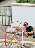 Arbeitskraft, die Faseroptik mit Faseroptikschweißgerät n installiert Lizenzfreies Stockbild