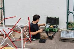 Arbeitskraft, die Faseroptik mit Faseroptikschweißgerät n installiert Stockfotos