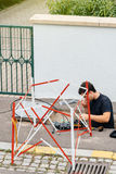 Arbeitskraft, die Faseroptik mit Faseroptikschweißgerät n installiert Stockbild
