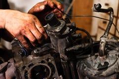 Arbeitskraft, die gebrochenen Motor repariert Stockfoto