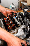 Arbeitskraft, die gebrochenen Motor repariert Lizenzfreies Stockfoto