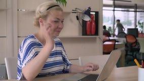 Arbeitskraft, die ihre Arbeit mit Projekt beendet stock video footage