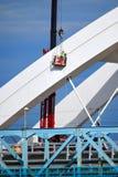 Arbeitskraft, die im Himmel auf neuer Brücke im Bau hängt stockbilder