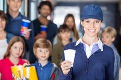 Arbeitskraft, die Karten während Familien herein hält Lizenzfreie Stockbilder