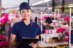 Arbeitskraft, die Klemmbrett hält Lizenzfreie Stockfotos
