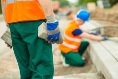 Arbeitskraft, die Kopfsteine hält Lizenzfreie Stockbilder