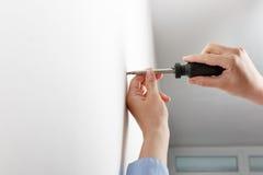 Arbeitskraft, die manuell Fallschraube festzieht lizenzfreies stockfoto