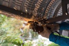 Arbeitskraft, die metalsheet des Dachs reibt und schneidet stockfotos