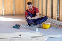 Arbeitskraft, die nach am Arbeitsplatz stattfindender Verletzung leidet stockfotografie