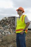 Arbeitskraft, die nahen Kipper-LKW steht Lizenzfreie Stockbilder