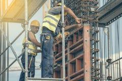 Arbeitskraft, die Scheren zur Herstellung von Rahmen 2 verwendet Lizenzfreies Stockbild