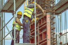 Arbeitskraft, die Scheren zur Herstellung von Rahmen 4 verwendet Lizenzfreie Stockbilder