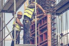 Arbeitskraft, die Scheren zur Herstellung von Rahmen 3 verwendet Stockbild