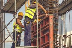Arbeitskraft, die Scheren zur Herstellung von Rahmen 5 verwendet Lizenzfreies Stockbild