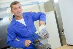 Arbeitskraft, die seins Arbeit tut lizenzfreie stockbilder