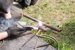 Arbeitskraft, die Stahlrohr schneidet Lizenzfreie Stockfotografie