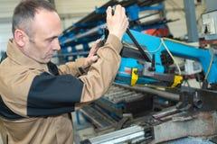 Arbeitskraft, die Trennmesser repariert stockbilder
