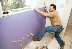 Arbeitskraft, die Trockenmauer installiert stockbild