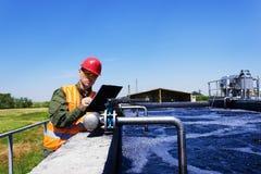 Arbeitskraft, die Ventil auf Entstörungswasser überprüft Stockfoto