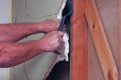 Arbeitskraft, die weg von der Trockenmauer mit Werkzeug zerreißt Lizenzfreies Stockfoto