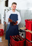 Arbeitskraft, die Weinflaschen sortiert Stockfotos