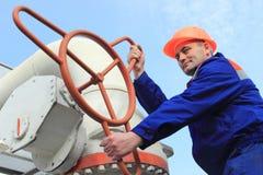 Arbeitskraft dreht Ventil Lizenzfreie Stockfotografie