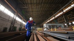 Arbeitskraft in einem Weißsturzhelm beißt den Stahldraht mit Drahtzangen stock video footage