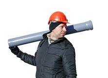Arbeitskraft an einer Baustelle in einem orange Sturzhelm mit einem Abwasserrohr Stockfoto
