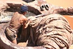 Arbeitskraft in einer ledernen Fabrik Lizenzfreie Stockfotografie