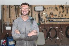 Arbeitskraft in einer Reparaturwerkstatt mit Kopienraum Lizenzfreies Stockbild