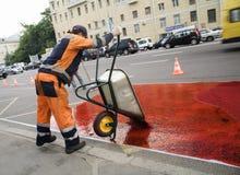 Arbeitskraft in einer Straße Stockbilder