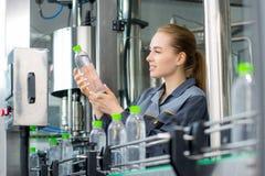 Arbeitskraft an einer Wasserfabrik Lizenzfreie Stockfotografie