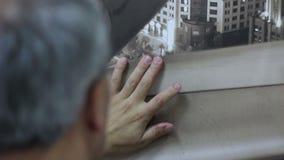 Arbeitskraft entfernen Blasen, nachdem er mit einer Spritze tapeziert hat stock video