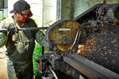 Arbeitskraft führt Arbeit über Metall, funkt durch Lizenzfreies Stockbild