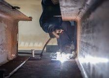Arbeitskraft fabrizieren Struktur durch Schild-Lichtbogenschweißenprozeß stockfotos