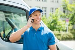 Arbeitskraft in Front Truck Talking On Mobile-Telefon Stockbild