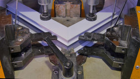 Arbeitskraft-funktionierendes Schweißgerät in der Fabrik PVC-Fenster-Schweißgerät Aluminiumfenster-Rahmenpressemaschine Arbeitskr stockbilder