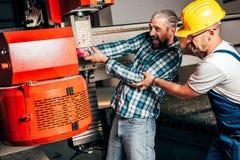 Arbeitskraft gefangen in der Maschine und ernsthaft verletzt Lizenzfreie Stockfotografie
