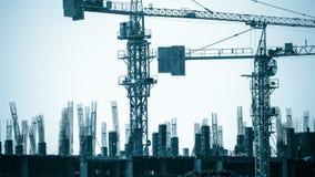 Arbeitskraft gegründete konkrete Form in der Baustelle stock video